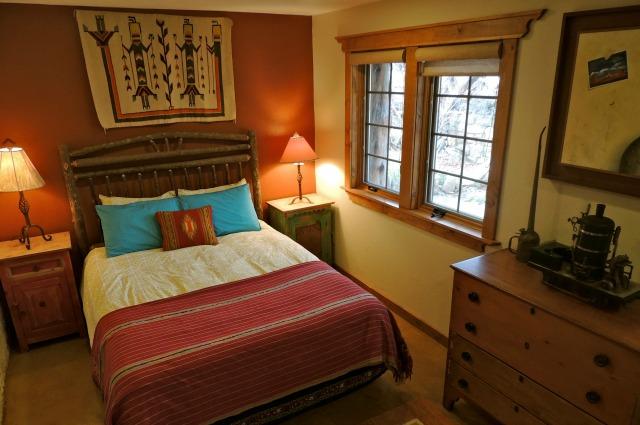Elden Stone House - bedroom with train